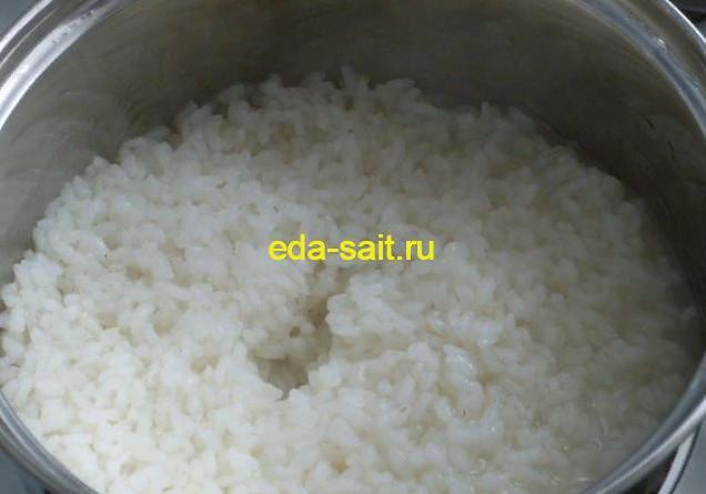Готовый рис для пирожков с яйцами и луком