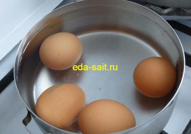 Отвариваем яйца в начинку для пирожков