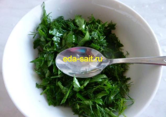 Перемешиваем чеснок и зелень с оливковым маслом