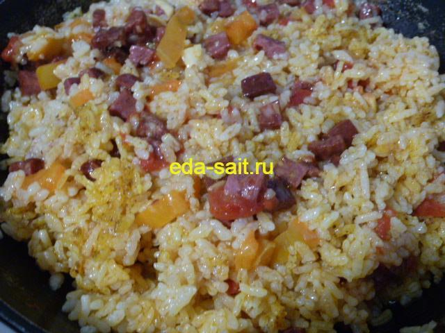 Перемешиваем рис с копченой колбасой