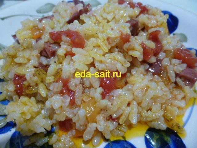 Выкладываем рис с копченой колбасой на тарелку