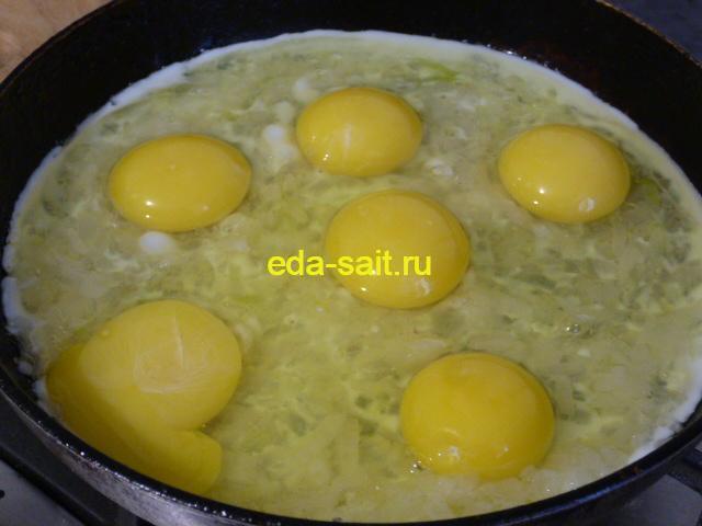 Жарим яичницу на луке
