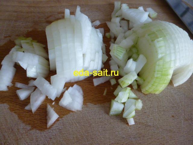 Нарезаем мелко репчатый лук