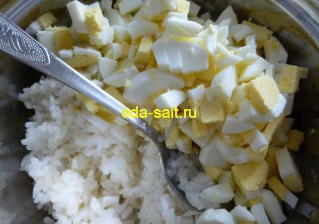 Делаем начинку из риса, яиц и лука