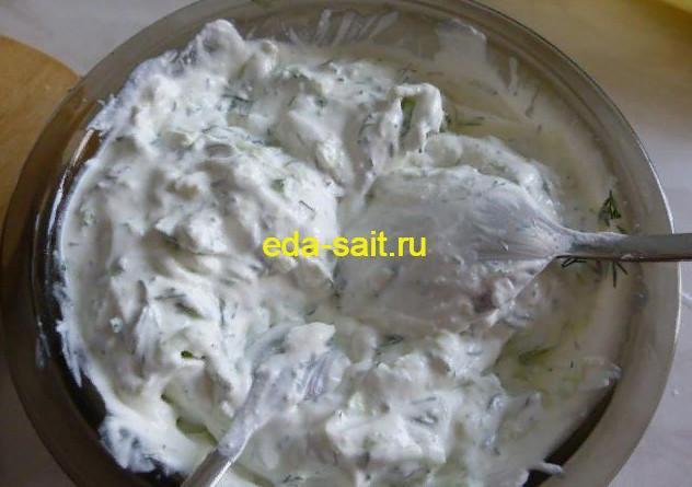 Перемешиваем соус для оладий из кабачков