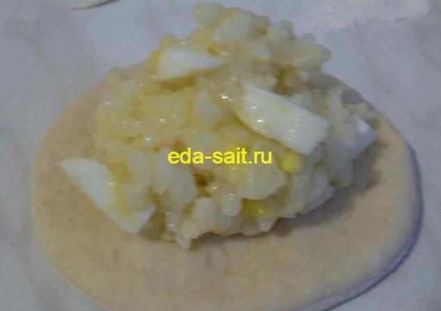 Выкладываем на кружок начинку из риса,яиц и лука
