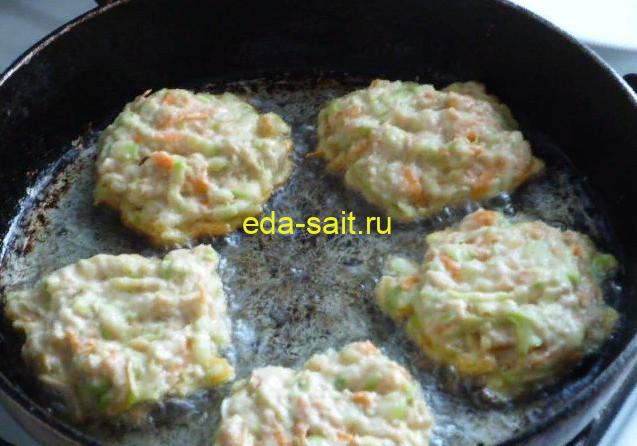 Выкладываем оладьи из кабачков на разогретую сковороду