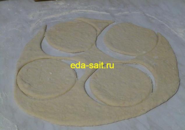 Вырезать кружки для пирожков