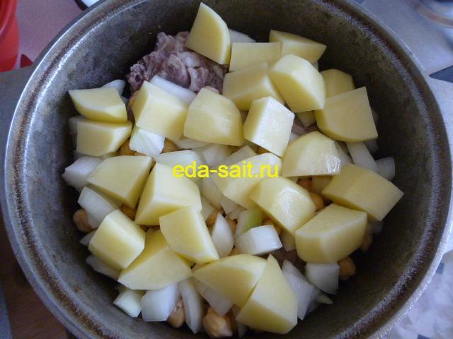 Выкладываем картошку в пити