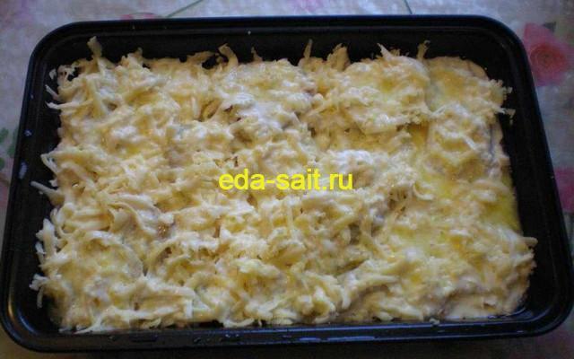 Заливаем вареный картофель сметаной и сливочным маслом