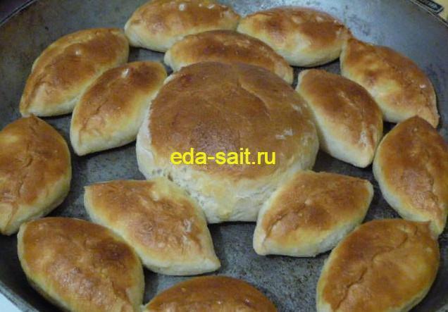Запекаем пирожки с рисом, яйцами и луком