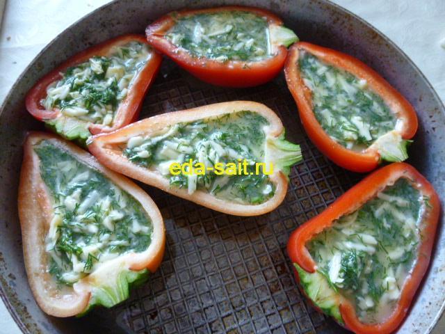 Перец фаршированный яйцами и сыром выкладываем в форму