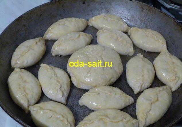 Смазываем пирожки с рисом, яйцами и луком взбитым яйцом