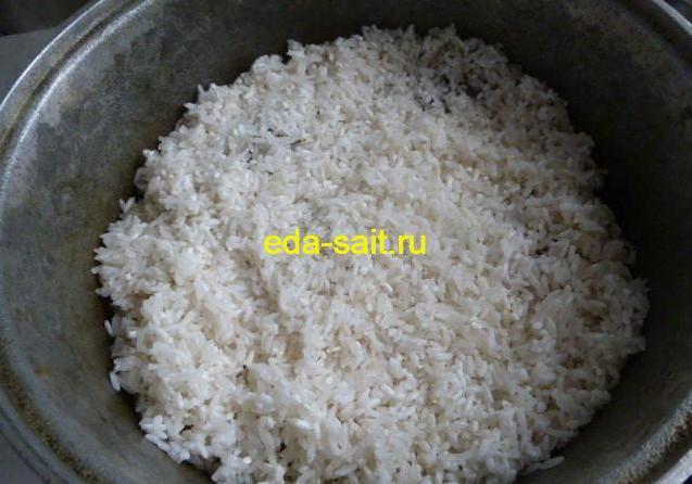 Выкладываем рис в плов с рыбой