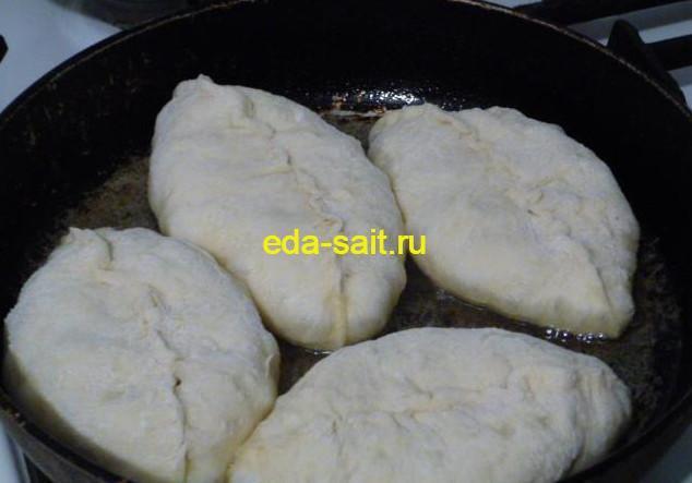 Жарим пирожки с картошкой на сковороде
