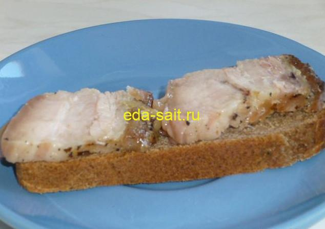Запеченная свиная грудинка на сером хлебе
