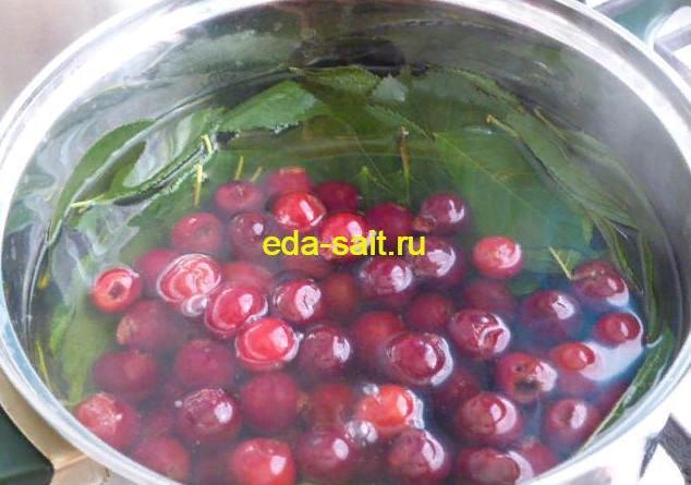 Добавить к листьям ягоды вишни