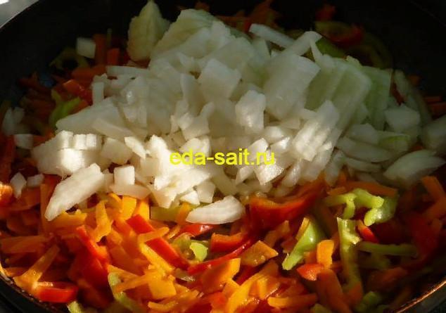 Обжарить овощи для перловой каши
