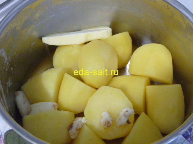 Добавляем к картошке сливочное масло