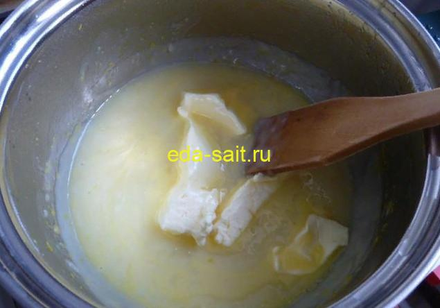 Добавляем в крем сливочное масло