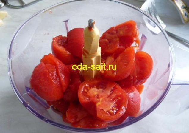 Измельчаем помидоры для чахохбили