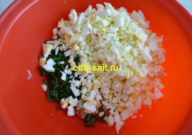 Соединить яйца и зеленый лук в миске