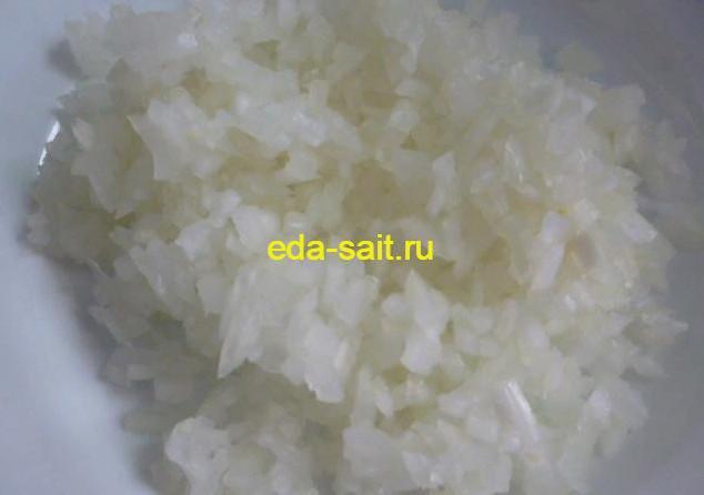 Нарезаем мелко репчатый лук для салата