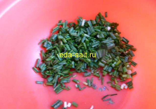 Мелко нарезать зеленый лук для бутербродов с яйцами