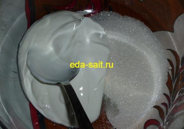 Взбиваем сахар и сметану для творожной массы