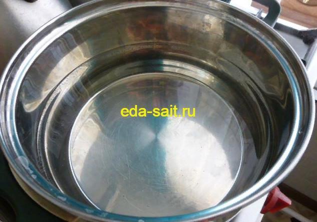 Поставить на плиту воду для ликера