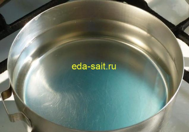 В кастрюлю налить воду