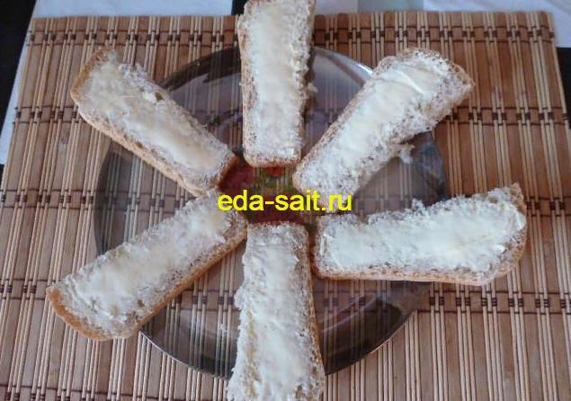 Намазать хлеб или батон сливочным маслом