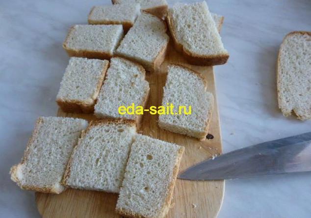 Нарезаем хлеб для бутербродов с редисом