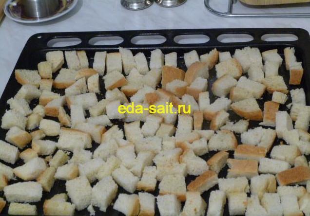 Нарезаем хлеб кубиками для панировочных сухарей