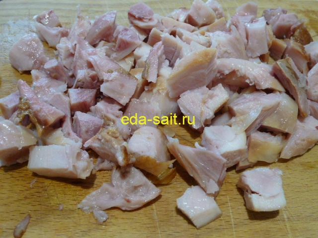 Нарезаем копченую курицу для салата