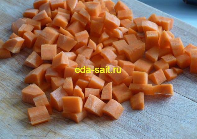 Нарезаем морковь кубиками для пшенной каши