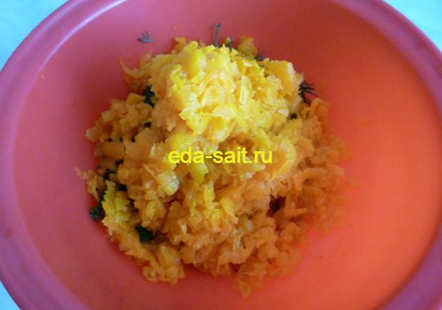 Делаем начинку для печеночного торта измельчаем морковь