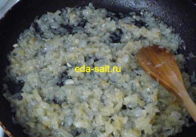 Обжаренный лук в печеночную начинку для вареников
