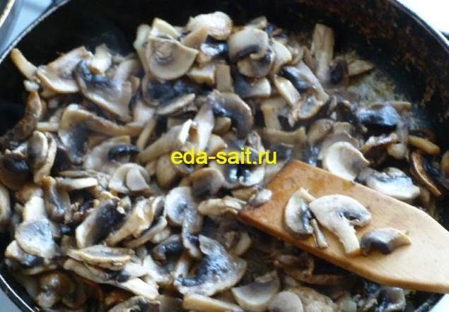 Обжариваем грибы в начинку для фарширования перцев