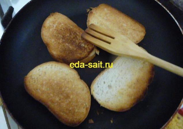 Обжарить батон с двух сторон без масла