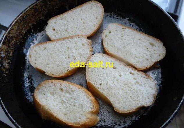 Бутерброды с яйцами и зеленым луком обжариваем батон