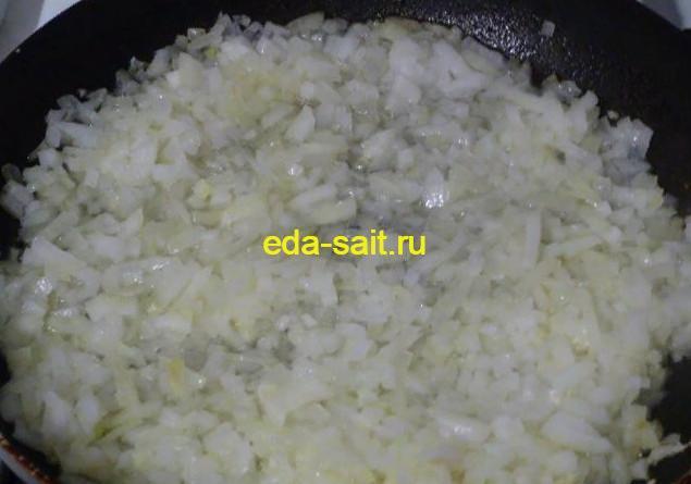 Обжариваем лук в печеночную начинку для вареников