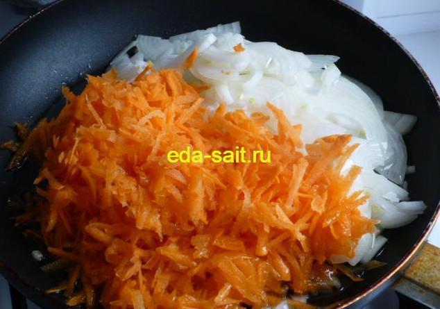 Тушеные кальмары с луком и морковью
