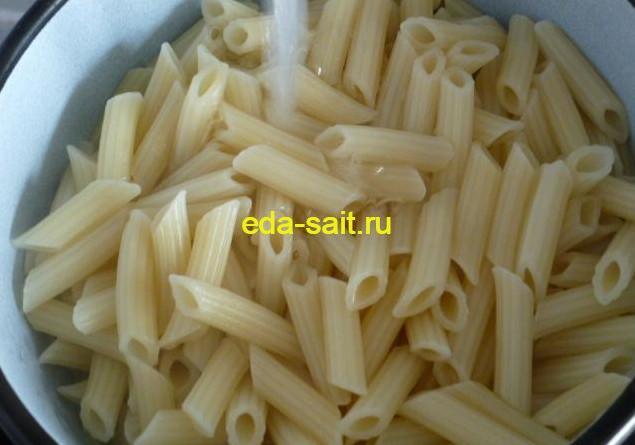 Промываем отваренные макароны