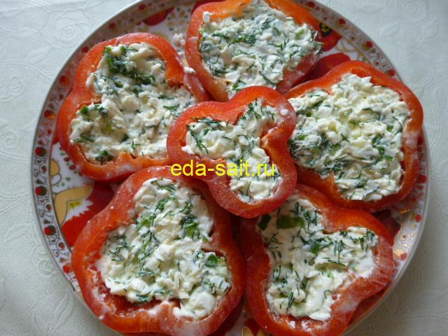 Перец фаршированный яйцами и сыром