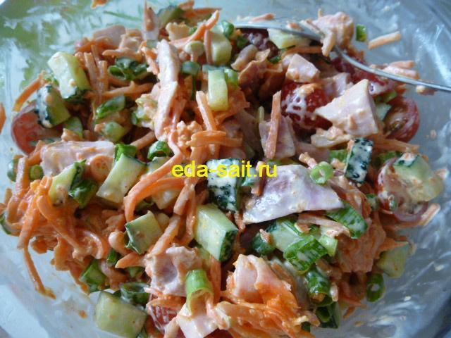 Перешиваем салат с копченой курицей с майонезом