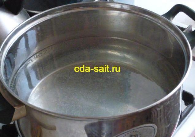 Поставить на плиту воду