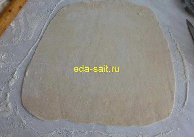 Раскатываем пельменное тесто в тонкий пласт