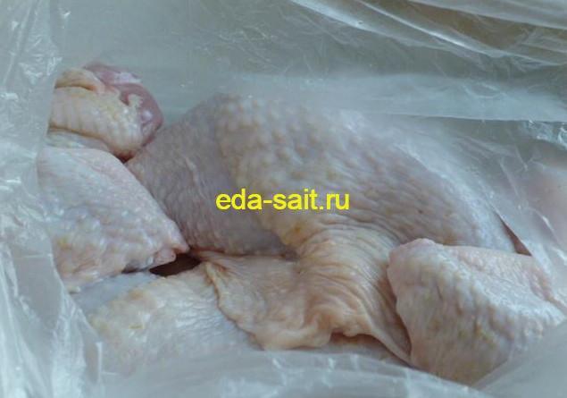 Складываем части курицы по пакетам