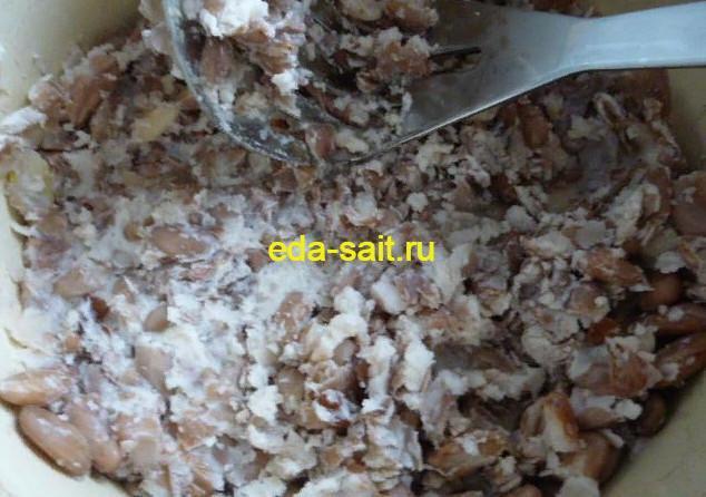 Измельчаем фасоль в начинку для вареников